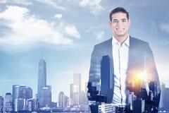 Uomo sicuro di affari in vestito sulla linea fondo del cielo della città Fotografia Stock