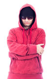 Uomo sicuro di sé in maglia con cappuccio ed occhiali da sole Fotografie Stock Libere da Diritti