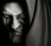 Uomo sinistro diabolico con il grin cattivo malefic fotografia stock libera da diritti