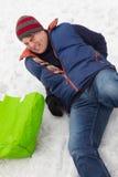 Uomo slittato e danneggiato indietro sulla via ghiacciata Fotografia Stock Libera da Diritti