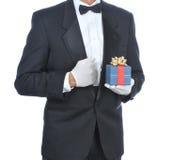 Uomo in smoking con il regalo fotografia stock libera da diritti