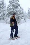 Uomo Snowshoeing Immagine Stock