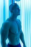 Uomo in solarium Immagine Stock Libera da Diritti
