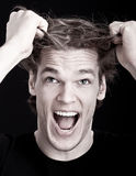Uomo sollecitato che tira capelli Immagini Stock