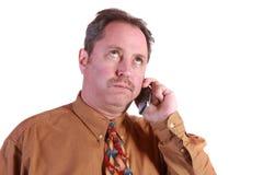 Uomo sollecitato sul telefono delle cellule Fotografie Stock