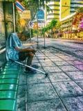 Uomo solo al busstation sulla Tailandia Fotografia Stock Libera da Diritti