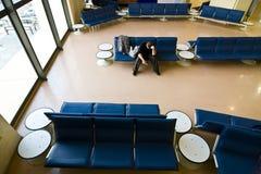 Uomo solo all'aeroporto Fotografie Stock