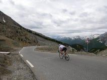 Uomo solo sulla bicicletta quasi alla cima del izoard del ` del passo d nell'Alta Provenza francese Immagine Stock Libera da Diritti
