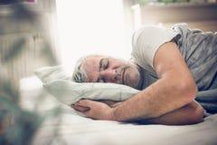 Uomo sonnolento fotografie stock libere da diritti