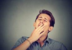 Uomo sonnolento che sbadiglia Concetto di pigrizia di burnout di privazione di sonno Fotografie Stock