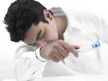Uomo sonnolento con il suo toothbrush fotografia stock libera da diritti