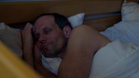 Uomo sonnolento con il telefono stock footage