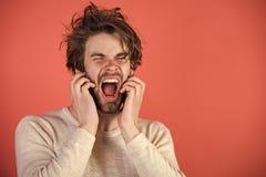 Uomo sonnolento con la barba su fondo rosso Fotografie Stock Libere da Diritti