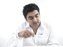 Uomo sonnolento con un toothbrush immagine stock libera da diritti