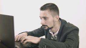 Uomo sonnolento di affari che scrive al suo scrittorio archivi video