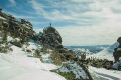 Uomo sopra il bello paesaggio della montagna Immagine Stock