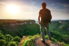 Uomo sopra la montagna Fotografie Stock