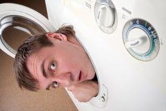 Uomo sorpreso all'interno della lavatrice Immagini Stock Libere da Diritti