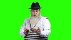 Uomo sorpreso anziano facendo uso del dispositivo di plastica trasparente archivi video