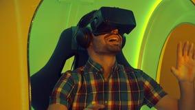 Uomo sorpreso che avverte per la prima volta realtà virtuale Fotografie Stock Libere da Diritti