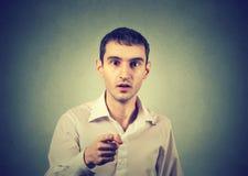 Uomo sorpreso che indica dito voi macchina fotografica Fotografie Stock Libere da Diritti