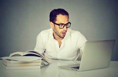 Uomo sorpreso di affari che lavora con il computer portatile Immagini Stock Libere da Diritti