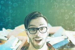 Uomo sorpreso in vetri e libri nella classe tonificata Fotografia Stock Libera da Diritti