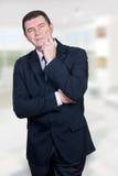 Uomo sorridente all'ufficio/casa fotografie stock