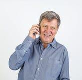Uomo sorridente amichevole che per mezzo dello Smart Phone Fotografia Stock Libera da Diritti