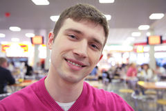Uomo sorridente in caffè Fotografia Stock
