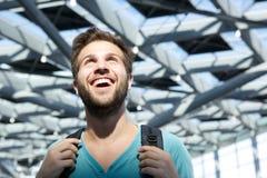 Uomo sorridente che cammina nell'aeroporto Fotografia Stock