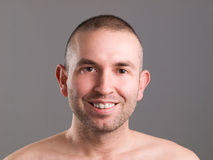 Uomo sorridente che esamina macchina fotografica Fotografia Stock