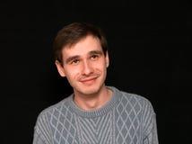 Uomo sorridente che guarda in su Immagini Stock Libere da Diritti