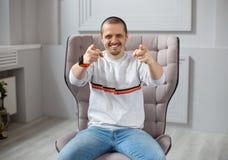 Uomo sorridente che indica da due mani in camera immagine stock libera da diritti