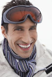 Uomo sorridente che indossa Ski Goggles fotografie stock libere da diritti