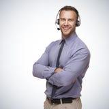 Uomo sorridente che indossa una cuffia avricolare fotografia stock libera da diritti