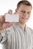 Uomo sorridente che mostra biglietto da visita Fotografia Stock Libera da Diritti