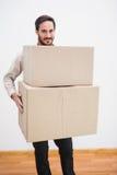 Uomo sorridente che tiene un contenitore commovente di cartone Fotografie Stock Libere da Diritti