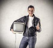 Uomo sorridente che tiene una televisione d'annata Fotografia Stock Libera da Diritti