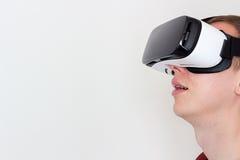 Uomo sorridente che usando i vetri di realtà virtuale Immagini Stock