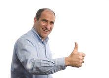 Uomo sorridente con i pollici sul segno positivo fotografia stock