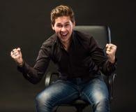 Uomo sorridente con i pugni su Fotografie Stock Libere da Diritti