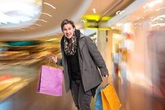 Uomo sorridente con i sacchetti di acquisto Fotografia Stock