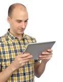 Uomo sorridente con il calcolatore del ridurre in pani Immagine Stock