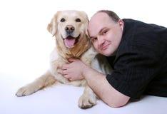 Uomo sorridente con il documentalista dorato Immagini Stock