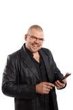 Uomo sorridente con il PC della compressa Immagine Stock