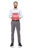 Uomo sorridente con il sacchetto della spesa rosso Fotografia Stock Libera da Diritti