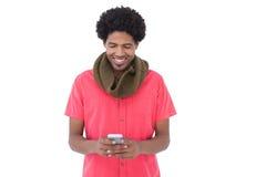 Uomo sorridente con invio di messaggi di testo della sciarpa Immagini Stock Libere da Diritti