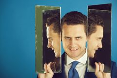 Uomo sorridente con la barba e riflessione di auto in specchio immagini stock