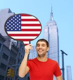 Uomo sorridente con la bolla del testo della bandiera americana Fotografia Stock
